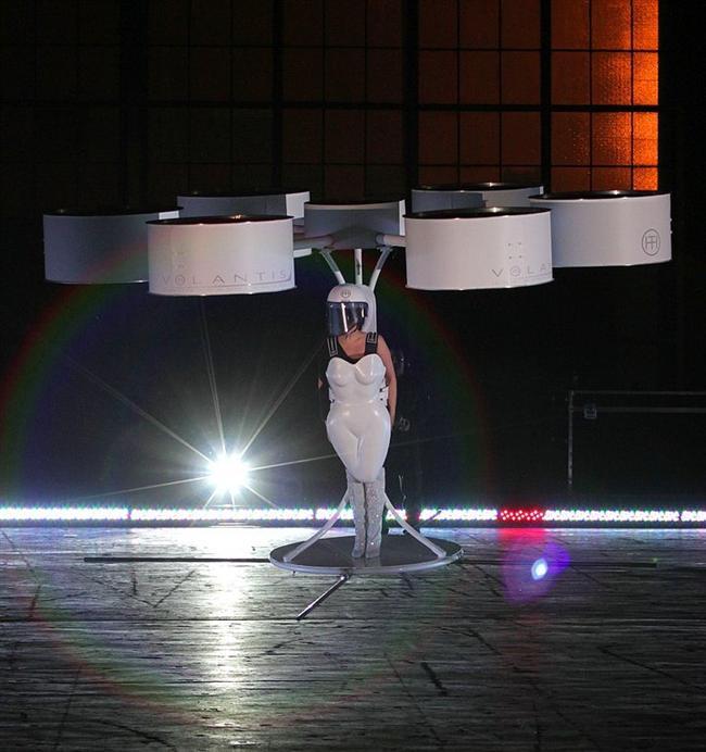 """Dünyanın İlk Uçan Elbisesi / Flying Dress """"VOLANTIS"""""""