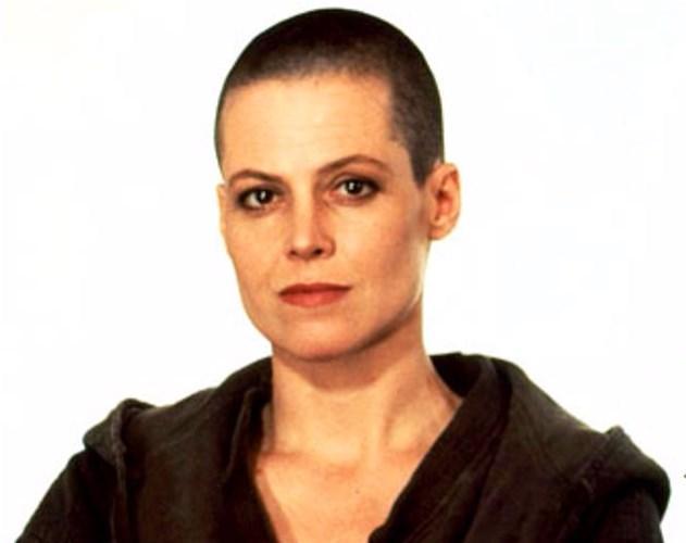 """Weaver ise """"Yaratık"""" filmi için saçlarıyla vedalaştı."""