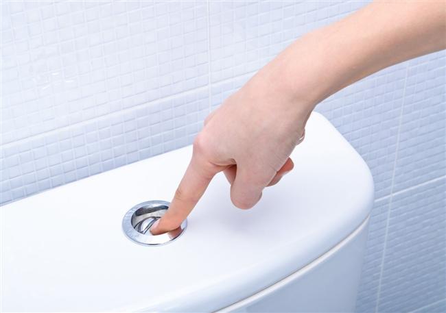 Sifonu Yanlış Çekiyoruz  Tuvalet kapağı açıkken sifonu çekmek pek de akılıca değil; bu kirli su taneciklerinin etrafa yayılmasını sağlıyor ve ve bu tanecikler saatlerce havada asılı kalıyor. Eğer tuvaletin hemen yanında diş fırçanız var ise ve kapak açıkken sifonu çekiyorsanız, dişlerinizi tuvaletin içinde ne var ise onunla fırçalıyorsunuz demektir. Gerçekler bu maalesef.