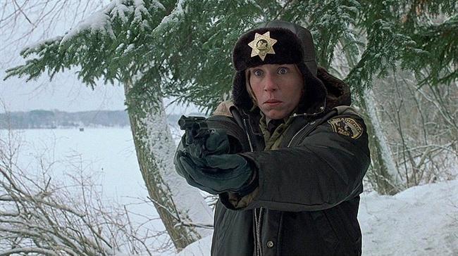 Fargo (1996) | IMDb: 8.2  Jerry Lundegaard borçları olan bir sahtekârdır. İhtiyaç duyduğu meblağda parayı acilen edinmeli ve borçlarını temizlemelidir. Karısının babası oldukça zengin bir adamdır; ancak gamsız bir sahtekar olan Jerry'ye yardım etmesi imkansız gibi görünmektedir. Jerry'nin aklına şeytani bir fikir gelir. Jerry, karısını kaçırmak ve kayınpederinden fidye istemek üzere iki adam kiralar. Lakin hiçbir şey planlandığı gibi ilerlemeyecektir.  Sinemalarının ilk döneminden bu yana çizgilerini hiç bozmadan ilerleyen Coen Kardeşler'e büyük bir şöhret kazandıran Fargo, orijinal senaryo ve en iyi kadın oyuncu dallarında Oscar kazanmıştı.