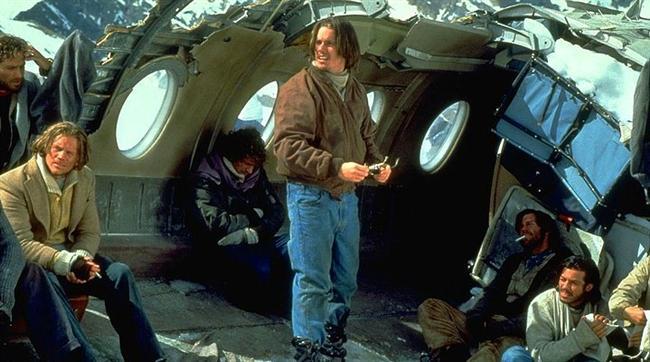 Yaşamak İçin / Alive (1993) | IMDb: 7.0  Uruguay ragbi takımının gerçekten yaşadığı bir olaydan yola çıkan film takımın uçağının Ant Dağlarına çarptıktan sonra yaşanan hayatta kalma mücadelesine odaklanıyor. Takımın her bir elemanı hayatta kalma iç güdüsüyle bu dağlardan kurtulmak için ellerinden geleni yaparlar; aralarından bazılarını çetin hava ve coğrafi koşullara kurban verseler de bir yandan Tanrıya olan inançlarını kaybetmemeye ve ailelerine dönmeye çalışırlar.  Piers Paul Read romanından, John Patrick Shanley tarafından uyarlanan filmin yönetmenliğini Frank Marshall üstleniyor.