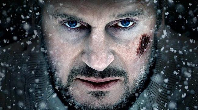 Gri Kurt / The Grey (2011) | IMDb: 6.8  Alaska'da petrol sondajında çalışmak için görevlendirilen bir ekip, uçaklarının düşmesi sonucu bölgenin vahşi ve ıssız bir alanında mahsur kalırlar. Grubun başı olan Ottway (Liam Neeson), ekibin vahşi doğada aç kurtlara karşı hayatta kalabilmesi için elinden geleni yapmak zorundadır. Hem kaza sonrası aldıkları ölümcül yaralar, hem de insanı donduran hava koşulları karşısında kurtlara yem olmadan buradan kurtulabilecekler midir?   Yapımcı, senarist ve yönetmen Joe Carnahan'ın son filmi olan yapımın baş rolünde en son Kimliksiz filminde Dr. Martin Harris rolüyle seyrettiğimiz karizmatik aktör Liam Neeson var.