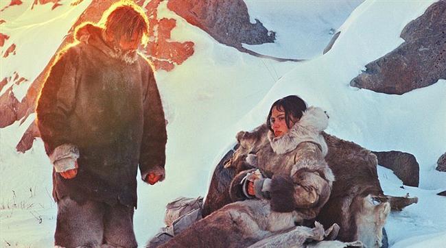 Karda Yürüyen / The Snow Walker (2003) | IMDb: 7.5  Kanada'da yaşayan ve eski püskü bir uçakla mal taşımacılığı yapan birisinin yolu eskimo bölgesine düşer. Orada hasta bir kızı hastaneye götürmesi karşılığında yerlilerden bir şeyler alır. Ancak uçak yarı yolda düşer ve Eskimo kız bir yandan yaşamda kalma mücadelesi verirken bir yandan da doğayı da tanıdığı için her iksini de hayatta tutmaya çalışır.
