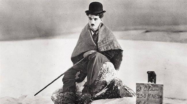 Altına Hücum / The Gold Rush (1925) | IMDb: 8.2  Altın aramak için Klondike altın madenleri bölgesine giden 'The Tramp', burada çeşitli insanlık dramıyla ve zorluklarla karşılaşır. Kötü hava koşulları nedeniyle bir kulübede başka bir altın arayıcısı ve kaçak bir mahkumla yolları kesişen Şarlo kısa zamanda trajik olaylara şahit olur. Bu esnada insanoğlunun hırslı ve maddi yönlerini hayretle keşfeden Şarlo, sonunda altın madenleri bölgesine eriştiğinde artık bir maden işçisi olmak istemediğine karar verir. Fakat macera bununla sınırlı değildir.  Efsanevi sanat adamı Charlie Chaplin'in en önemli filmlerinde başı çeken yapıt, Chaplin'in kendisinin de en çok değer verdiği filmi olarak bilinir.