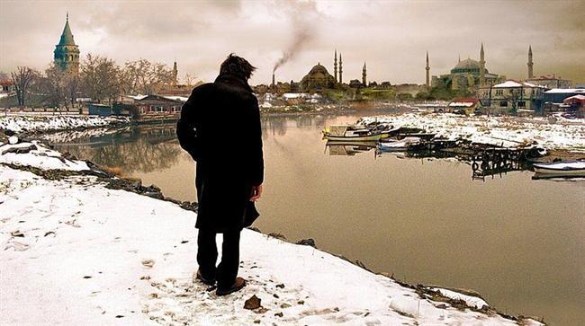 Uzak (2002) | IMDb: 7.7  Yusuf kasabada ona bir gelecek olmadığına karar vererek İstanbul'a gelmiştir. Daha önce şehre yerleşmiş akrabası Mahmut'un yanında kalıp uzaklara giden gemilerde miço olarak iş bulmak ister. İdeallerine ulaşmak için her şeyi yapmaya hazırdır. Fotoğrafçı Mahmut ise, idealleriyle arasının gitgide açıldığının bilincindedir. Üstelik, kendini bu durumdan kurtarmak için de hiçbir şey yapamaz ya da yapmaya yanaşmaz.