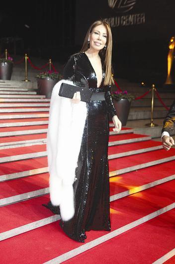 Linet'in ışıltılı elbisesi Semih Doğruer imzası taşıyor.