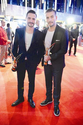 """Ahmet Kural ve Murat Cemcir, """"En İyi Erkek Komedi Oyuncusu"""" ödülüne layık görüldü. İkili ödülü aldıktan sonra kırmızı halıda muhabirlere poz verdi."""