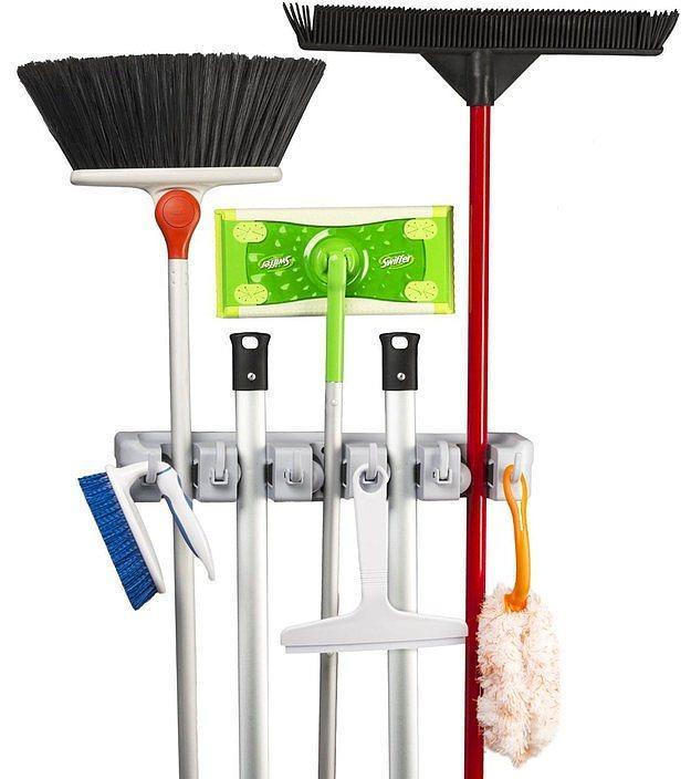 Süpürge ve paspaslar için askı kullanarak yerden tasarruf edin, hem de tozlanmalarını engelleyin.