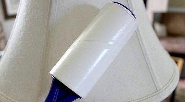 Abajur başlıklarını tüy toplayıcıyla temizleyin.