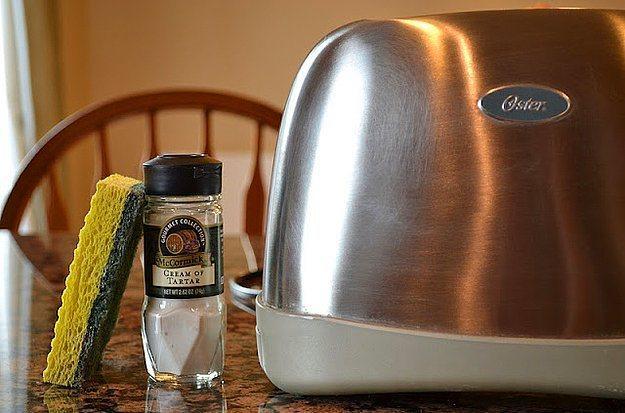 Tost makinenizi parlatmak için ihtiyacınız olan tek şey krem tartar, tabi bir de sünger.
