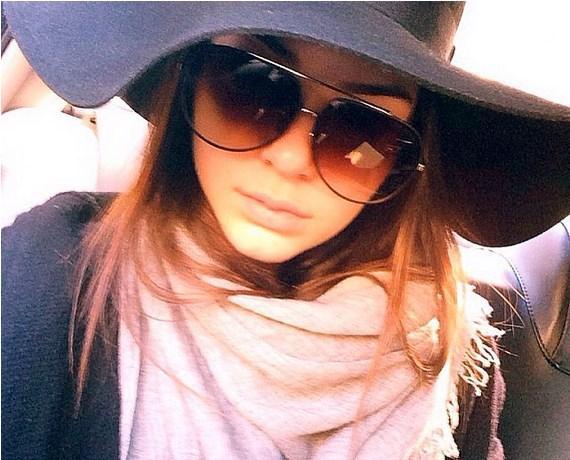 14. Büyük Şapka  Kendall Jenner sık sık kullandığı bu tür şapkaları gençlerin de kullanabileceğini göstermiş oluyor.