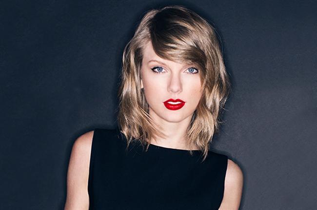KELEBEK DUDAK  Taylor Swıft  Kelebek, dudak formları arasında en nadir rastlanan şekillerdendir. Bu forma sahip dudaklar güçlü ifadeli ve genç görünümlüdürler. Kadınlar genellikle ergenlik dönemlerinde bu tip dudak şekline sahiptirler. Dozunda yapılan bir kelebek dudak uygulaması ile dudaklarınız doğal yay formuna kavuşur. Aynı zamanda daha genç ve çekici bir görünüme de sahip olursunuz.