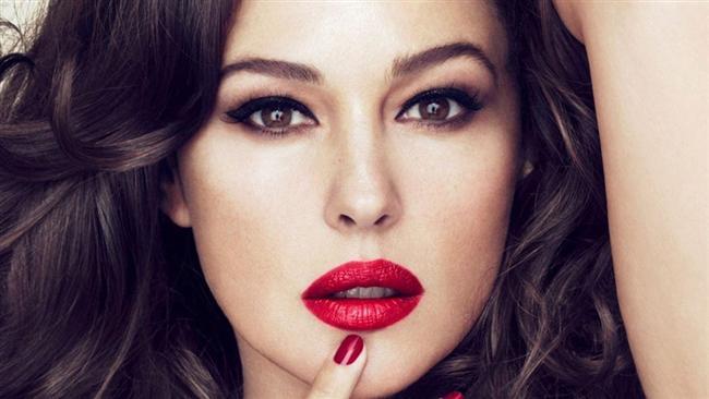HOLLYWOOD  Monica Bellucci  Hollywood stili dudak formu kadınların çok tercih ettiği, alt ve üst dudağın da dolgun olduğu ama abartılı olmadığı bir dudak şeklidir. Bu dudak şekli daha çok sinema ve eğlence dünyasında tanınan ünlülerin tercih ettiği bir formdur. Üst dudağı üçe bölersek yani dudak kalbi ve iki yanı olarak düşünürsek üç bölümü de doldurulur. Alt dudak da üste göre orantılı bir şekilde hacimlendirilir. Çok inceltilmiş hyalüranik asit formlarıyla çok az yüze yakıştırdığım bir formdur.