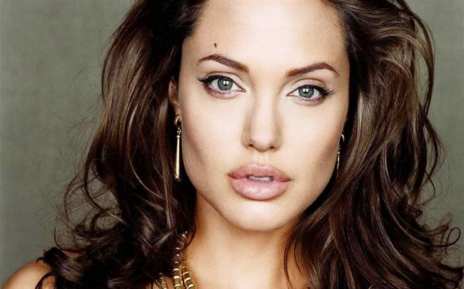 GÜL DUDAK  ANGELINA JOLIE  Bu stilin en iyi örneği Angelina Jolie'dir. Burun bitiminden çenenin ucuna kadar olan kısma baktığımızda yeterli mesafeyi, hatta fazlasını görürüz. Kalın dudaklar; ancak alt yüzü daha dar, elmacıkları belirgin ve çene hacmi yeterli olan kadınlarda uygulanabilir. Uygulamanın yapıldığı hastanın alt yüz yapısı uygunsa, yani burun altından çeneye kadar olan kısım yeterli mesafeye sahipse gül dudak yüze çok hoş bir görünüm kazandırabilir. Bu alan kısa ise dudaklar gereğinden fazla kalın görünebilir.  Kaynak: Sabah