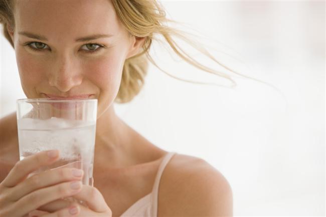 Buzlu soğuk su en iyi içecek. Kalorisizdir, midenizde doygunluk hissine neden olur ve daha az yersiniz. Kan basıncınızın ve adet öncesi dönemi rahat atlatmanızı da sağlar.  Buzlu su içtiğinizde, vücudunuz ısınmak için ekstra kalori harcadığı da aklınızın bir kenarında bulunsun. Zayıflamak için alkolden uzak durun.   Likör ve bira kandaki kortisol seviyesini yükseltir ve yağların göbek çevresinde toplanmasına neden olur.