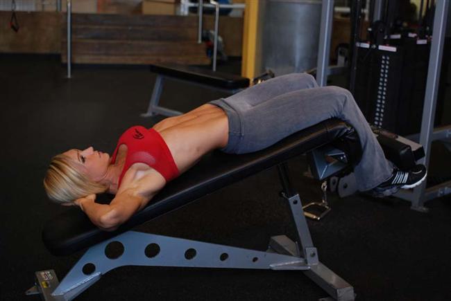 Jimnastik aletleri Yere eğimli sabit egzersiz bandı 'Decline Bench' jimnastik aletleri içinde en iyisi. Yer çekimi nedeniyle vücudunuzun üst kısmı altından daha ağırdır. Ayarlanabilir aletle birçok zor hareket yapılabiliyor. Egzersiz aletini minimum 30 derece yere eğimli olacak şekilde kurun.   Aletin oturma yerine oturun ve ayaklarınızı ayağınızı tutması için yapılan yere koyun. Yavaşça aletin üzerine doğru uzanın ve ellerinizi başınızın altına koyarak yavaş yavaş doğrulmaya çalışın. Hareketleri sürekli tekrarlayın.