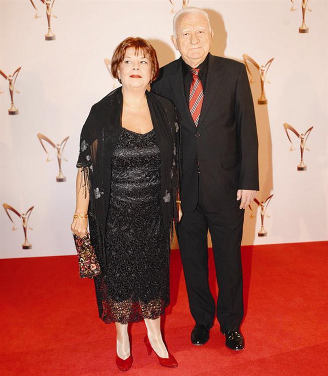 Türk sinemasının iki usta ismi Ayşe Kökçü ve Gökhan Mete kırmızı halıda birlikte poz verdi.