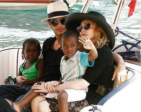 Lourdes adında bir biyolojik kızı bulunan Madonna da son yıllarda iki çocuk evlat edindi..