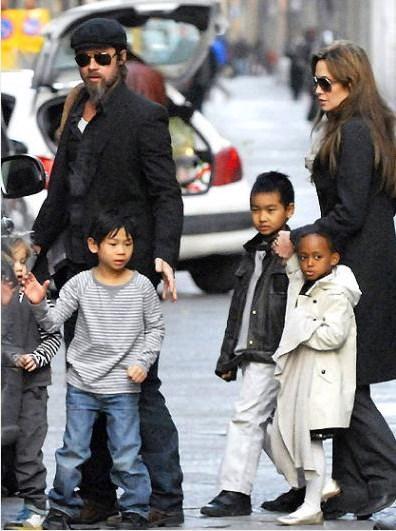 Henüz Pitt ile birlikte olmadan önce Kamboçyalı Maddox'u evlat edindi Jolie..
