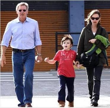 Flockhart'ın sevgilisi Harrison Ford da minik Liam'a babası gibi davranıyor.