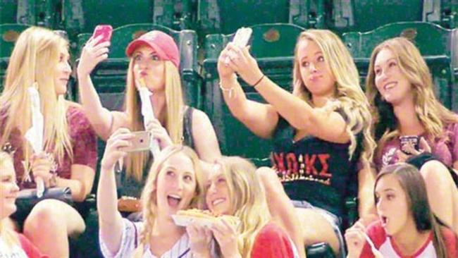 Beyzbol maçını izleyen kızlar ilk sırada yer aldı.