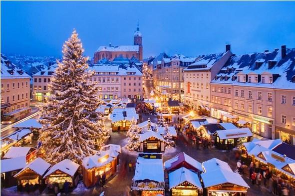 VİYANA  Gerçek Noel ruhu  Viyana'da, sabit Noel pazarlarının dışında geçici Noel pazarları da bulunuyor. Başkentteki Noel pazarlarının en büyüğü, Belediye Sarayı önündeki meydanda kurulan Wiener Christkindlmarkt. Freyung Alanı'ndaki Altwiener Christkindlmarkt ve Am Hof Meydanı'ndaki Adventmarkt Am Hof, geleneksel el sanatları ile dikkatleri çekiyor. Naschmarkt Noel pazarı da sürprizlerle karşılaşabileceğiniz bir diğer pazar.  Viyana'da Noel ruhunu çocuklarınızla yakalamak istiyorsanız, Karlskirche Kilisesi'nin önünde kurulan Kunsthandwerksmarkt tam size göre. Viyana'da ilginç bir Noel pazarı daha kuruluyor. Adını Türklerden alan Türkenschanzpark Noel pazarı. Şehir merkezinin dışında yer alıyor olmasına rağmen, vaktiniz varsa ziyaret etmenizi tavsiye ederim.