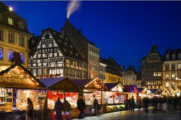 STRAZBURG  Masalsı pazar  'Avrupa'nın Başkenti' unvanına sahip Strazburg, aynı zamanda masalsı Noel pazarları ile Noel'in de başkenti olarak biliniyor. Biraz Alman biraz Fransız olan Strazburg, kasım ayından itibaren sihirli bir yere dönüşüyor. Hediyelik eşyaların, Noel süslerinin, masa örtülerinin satıldığı küçücük ahşap evler, 11 ayrı semtte sıra sıra dizilmiş sizleri bekliyor.  Tüm şehir merkezi araç trafiğine kapalı olduğundan özgürce ve rahatlıkla pazarları gezebilirsiniz. Kentte 1570'ten beri kurulan Christkindelsmärik, Avrupa'nın en eski ve en büyük Noel pazarlarından biri. Gezilmesi gereken diğer pazarlar Place de la Cathedrale, Place Broglie, Place d'Austerlitz ve Place Gutenberg'de bulunuyor.