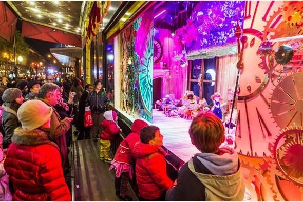 PARİS  Büyülü atmosfer  Paris Noel'de olduğu gibi Noel öncesinde de fark yaratıyor. Renkli, ışıltılı Noel pazarları her yıl olduğu gibi bu yıl da şehrin pek çok noktasında kuruluyor. Concorde Meydanı'ndan Zafer Takı'na kadar uzanan caddenin üzerindeki pazar, en merkezi olanlarından.  Yüzlerce küçük, sevimli kulübe yan yana inanılmaz bir manzara oluşturuyor. Başkentin en büyük Noel pazarı ise La Defense'ta kuruluyor. 10 bin metrekarelik bir alanda 'chalet' diye adlandırılan 250 kulübede Noel süslemeleri ve el işleri dışında reçel, kek ve peynir çeşitleri de satılıyor.  Sıcak şarap kulübeleri, Noel pazarlarının olmazsa olmazı olduğundan Paris pazarlarında da yerini almış durumda. Her türlü yiyecek-içeceği, envai çeşit hediyelik eşyayı bu pazarlarda bulmanız mümkün.