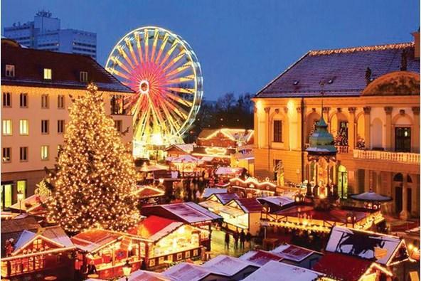 BUDAPEŞTE  Çigan müziği ve bol eğlence  Tuna'nın gözbebeği Budapeşte, Noel zamanı oldukça soğuk olsa da, Noel pazarları fazlasıyla eğlenceli. Özellikle Vörösmarty tér'deki Noel pazarı, Çigan müziği eşliğinde yöresel yemekleri tadabileceğiniz, geleneksel içkileri Palinka'yı test edebileceğiniz ve çardaş dansıyla coşabileceğiniz en güzel örneklerden biri.  Stantlar, diğer Avrupa şehirlerindeki gibi burada da kulübeler şeklinde diziliyor. Ufak tefek farklılıklar da yok değil. Mesela, burada sıcak şarap servisi, yerel giysili kadınlar tarafından kocaman yeşil kazanlardan doldurularak yapılıyor. Örtüler, porselenler ve tahta işleri buradan alabileceğiniz en güzel hediyelikler. Pest bölgesindeki pazar alanında el sanatları dikkati çekiyor.