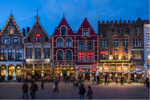BRUGGE  En romantik pazar  İçinden küçük teknelerle geçilen kanalı, ortaçağdan kalma mimarisi, masal kitabından fırlamış gibi duran rengârenk evleri, neredeyse her sokağına yayılan keskin çikolata kokusu ve yüzlerce çeşit birası ile ünlü Brugge, Avrupa'nın en romantik yerlerinden biri. Noel zamanı da ayrı bir güzel...  Noel pazarının kurulduğu Market Square, her sene cıvıl cıvıl. Meydanda, siyah kapaklı tencereler içinde servis edilen midyeleri ve yanında özel bardağıyla sunulan meşhur biraları Kwak'ı denemelisiniz. Danteller, kırlentler ve çiçekler şehri Brugge, Noel'de harikulade ışıklandırmalara da sahne oluyor.