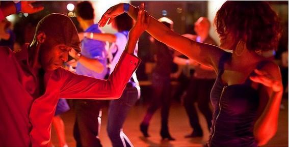 Salsa yapmayı öğrenmek için herhangi bir bara ya da kulübe gidebilirsiniz. Her şarkıda tanımadığınız partnerlerle dans edebilirsiniz.