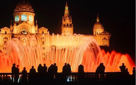 """Akşamları yapacak hiçbir şey bulamazsanız bile oturup """"Büyülü Çeşme""""yi (Magic Fountain) saatlerce izleyebilirsiniz."""