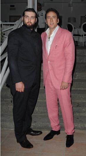 Nicolas Cage'in oğlu Weston da babasını üzen ünlü çocuklarından. Özellikle de 2011 yılında... İlk olarak Haziran ayında Weston, Los Angeles'ta bir restoranın kapısı önünde kişisel antrenörüyle kavga ederken yakalandı. İkiliyi polis ayırabildi.