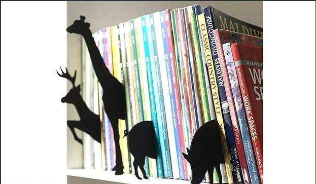 Raftaki kitapları dekorize etmek için karton parçalar