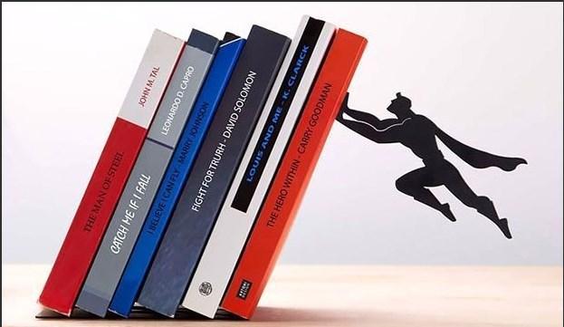 Aslında duvara yapıştırılmış kitap dostu Süperman