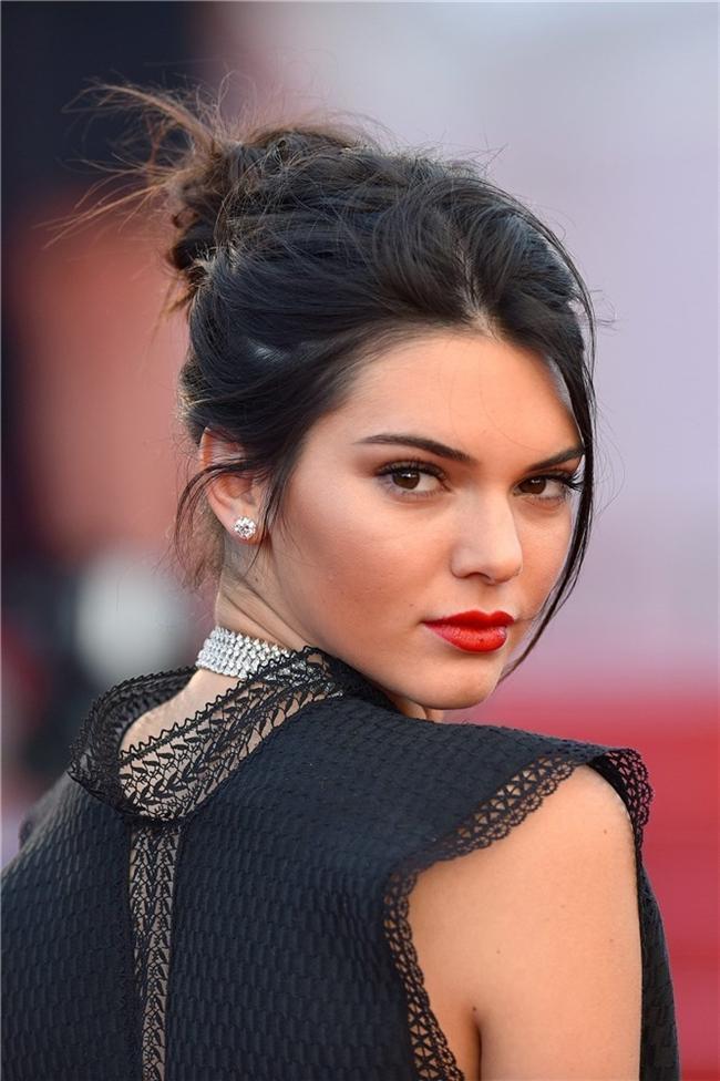 Kendall Jenner – Doğal topuz  Doğal saçlardan bahsetmişken Kendall Jenner'ın favori modellerinden doğal topuzu es geçemeyiz. Kırmızı halıda sıkça rastladığımız bu modeli hem yapması kolay hem de oldukça doğal ve çekici. Bu modeli neredeyse her türlü kıyafet ile kullanabilirsiniz. Çabasız  bir güzellik sunan doğal dağınık topuzlar şık elbiselerin ağır havasını dengelerken sade kıyafetlere ise özgün bir hava katıyor.