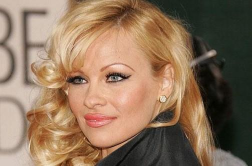 O GÜN O TİŞÖRTÜ GİYMESEYDİ  'Sahil Güvenlik' dizisi ve Playboy'a verdiği pozlarla yıldızı parlayan Pamela Anderson'ın hayatını bir tişört değiştirdi. Anderson, eğer lise yıllarında üzerinde bir bira markasının adı yazılı olan tişörtü giyip futbol maçına gitmeseydi bugün onu yakın çevresinden başka kimse tanımayacaktı büyük olasılıkla.  Pamela Anderson arkadaşlarıyla birlikte maç izlerken seyirciler arasında gezinen kamera birden onu seçti. O da eğlence olsun diye kalkıp herkese el sallamaya başladı. Böylece tişörtünde adı yazılı olan bira firmasının tanıtım yüzü oldu. Ondan sonra da Playboy'un kurucusu Hufgh Hefner, keşfetti Anderson'ı. Bugün 47 yaşında olan Anderson da o tişört sayesinde şöhretin kapılarını araladı.
