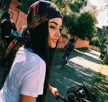 HANDE ERÇEL KİMDİR?  Doğum yeri Bandırma olan Hande Erçel 1993 doğumlduru. Mimar Sinan Güzel Sanatlar Üniversitesinde Geleneksel Türk Sanatları Bölümü'nde okuyor.  2015 yılında katılmış olduğu Miss Cilivaliton of the World yarışması katılmıştır. Azerbaycan'da düzenlenen bu yarışmada 2. olmuştur.  Daha önce Çılgın Dersane Üniversitede ve Hayat Ağacı dizilerinde oynadı. Çılgın Dersane Üniversitede ile ekran macerasına başlayan Hande Erçel'in hayali dizinin reyting kurbanı olmasıyla yarım kaldı. Erçel, eylül 2014 sezonunda TRT'de yayınlanan 'Hayat Ağacı' dizisiyle izleyici karşısına çıktı. Genç oyuncu dizide İdil Fırat (Filiz) ve Fikret Kuşkan'ın (Murat) kızları Selen Karahanlı karakterine hayat verdi.