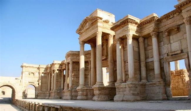 Uzun yıllardır çatışmalara sahne olan Orta Doğu'nun tarihsel ve kültürel olarak da çok zengin bir birikime sahip olduğu inkâr edilemez bir gerçek. Gerçekleşen çatışmalarda bölgenin tarihsel ve kültürel mirası olan eserler geri dönülemez bir şekilde zarar görüyor. En son antik Palmyra şehrinin Işid tarafından ele geçirilip tahribata uğramasından sonra son yıllarda çatışmalar sırasında zarar görmüş 19 tarihi mirası listeledik.   Palmyra, Suriye   Unesco'ya göre Suriye çölünde bir vaha olarak tanımlanan Palmyra antik kentinin tarihi milattan önce 19. yüzyıla kadar gitmektedir. Greko Romen ve Pers kültürünün de izlerini taşıyan kent Işid tarafından ele geçirildi. Bir kısmı havaya uçurularak zarar gören şehirde tahribat hala devam ediyor.