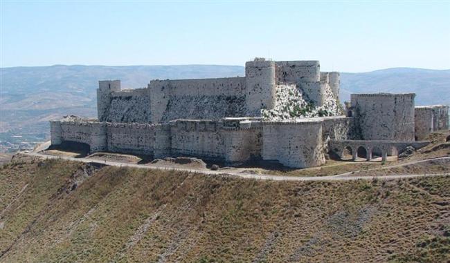Şövalyeler Kalesi, Suriye  11. yüzyılda yapılan ve bir haçlı kalesi olan eser günümüze kadar en iyi şekilde korunmuş ortaçağ kalelerinden biriydi. 2006 yılında Dünya Mirasları Listesine alınan kale Suriye İç Savaşı sırasında bombardımanlar yüzünden zarar aldı.