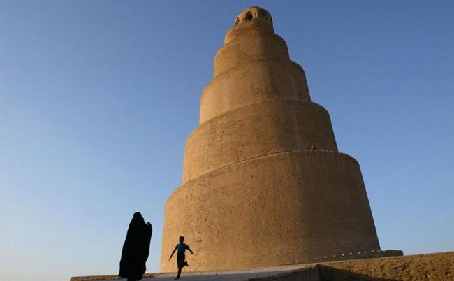 Büyük Samarra Cami  Bir zamanlar dünyanın en büyük camisi olan Büyük Samarra Camisi 9. yüzyılda Kuzey Bağdat'da inşa edildi. 52 metrelik sarmal minaresiyle tanınan cami 2005 yılında bombalandı. Çatışmada minarenin tepesi ve caminin çevresindeki duvarlar tahribata uğradı.