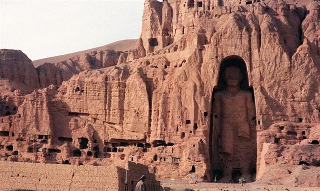 Bamiyan'ın Budaları, Afganistan  Budizmin en büyük miraslarından olan eser dünyanın en büyük Buda heykelleri arasında yer alıyordu. Büyüklerinin 53 metre, küçüklerinin 35 metre olduğu heykeller 1500 yıldır kum fırtınalarına rağmen yıkılmadan tarihe meydan okumaktaydı. Taliban tarafından dindışı görülen eserler dinamitle patlatıldı.
