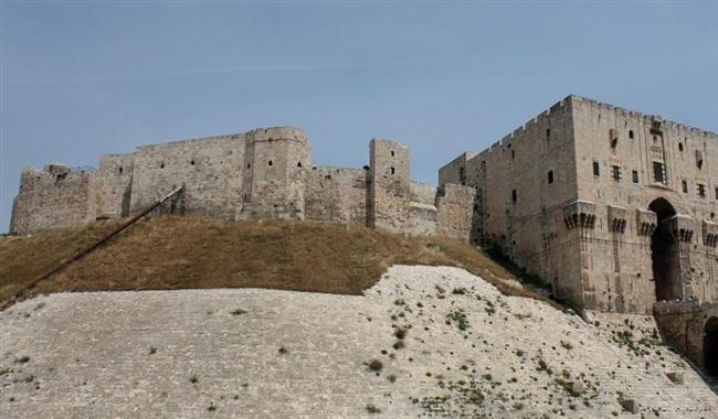 Halep Kalesi, Suriye  Dünyanın en eski ve en büyük kalelerinden olan Halep Kalesi savaş sırasında ordu üssü olarak kullanıldı. Yaşanan çatışmalarda kalenin 4 metrelik bir duvarı yıkıldı.