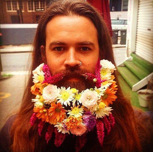7. Erkekler ise bu süsleme yönteminin karşısında sakallarını yeşillendirerek doğal bir duruş sergiledi.