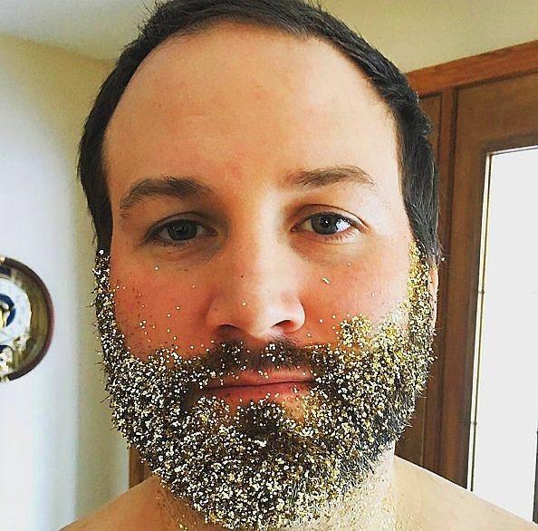 8. Ama sakalları ile oynamaya doyamayan erkekler yılın son günlerinde sakallarını parlatma yoluna gittiler.