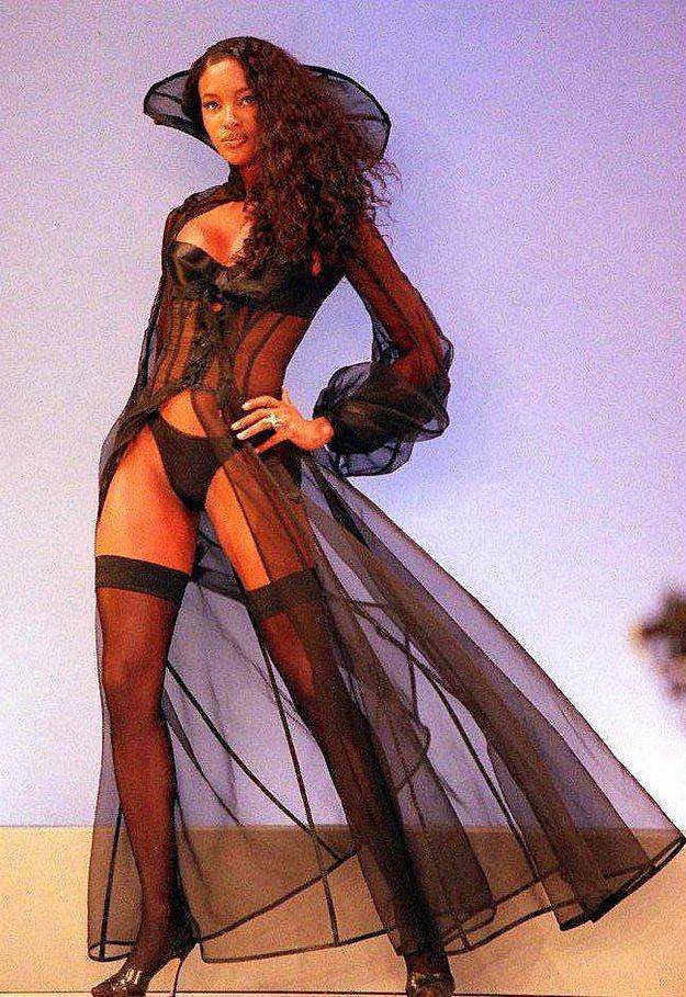 1997 yılında, Naomi Campbell, bu gördüğünüz Drakula geceliği giymişti.