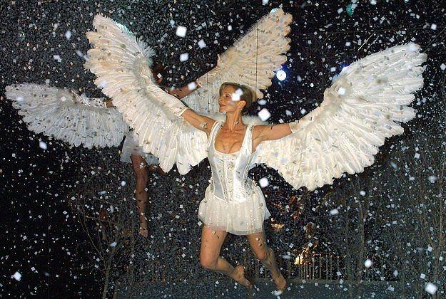 Birileri, melekleri uçurma fikrini gerçekten sevmiş olmalı ki, 2001 yılında da bir model askıya alınmıştı.