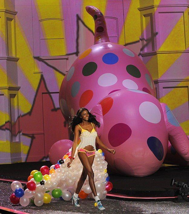 Modeller 2009 yılında, balonlardan oluşan bir pelerin giymişlerdi.  Topuklu ayakkabılarına rağmen, korkusuzca yürümeleri ise, hiç kuşkusuz takdire şayan idi!