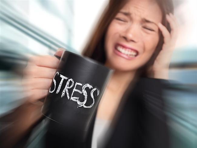 Stresle başa çıkmayı öğrenin  Özellikle yoğun stres altındaysanız ve bununla başa çıkamıyorsanız migren atağı için risk oluşturuyorsunuz. Ayrıca migren, anksiyete (aşırı kaygılı olma) ve depresyon olmak üzere çoğu kez psikolojik bozukluklarla da ilişkili oluyor. Bu bozukluklar çoğu kez migren ataklarının tetikleyici faktörleri olarak gösterilse de, aynı zamanda migren ataklarına karşı psikolojik bir tepki olarak da ortaya çıkabiliyor. Bu konularda uzman bir hekimle görüşüp, gerekli desteği almayı ihmal etmeyin. Ayrıca stresi azaltan, zihninizi berraklaştıran dans, yoga ve meditasyon gibi yöntemlerden de fayda sağlayabilirsiniz.