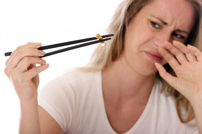 Ağır parfüm ve sigara kokularından uzak durun  Koku reseptörleri aşırı hassas olan migrenli hastalarda tetikleyici faktör olabiliyor. Bu yüzden özellikle çamaşır suyu, ağır parfüm ve sigara kokusu gibi keskin kokulardan uzak durun.